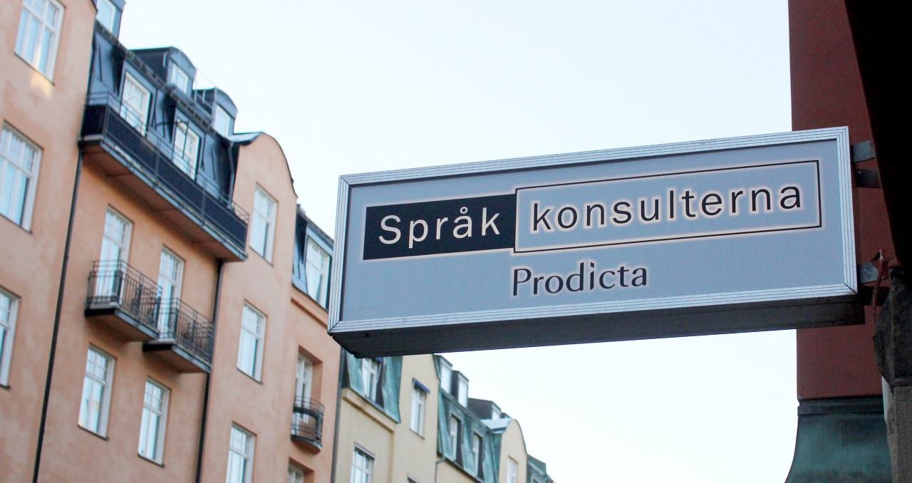 Språkkonsulternas skylt utanför kontoret i Stockholm.