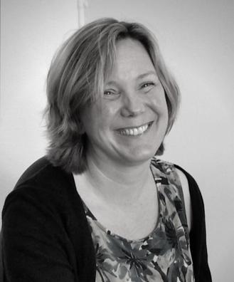 Svartvit porträttbild av Susanne Blomkvist.