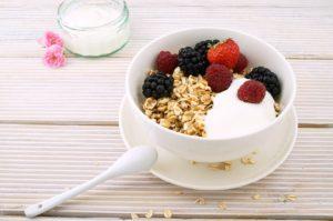 En skål med yoghurt, müsli och bär